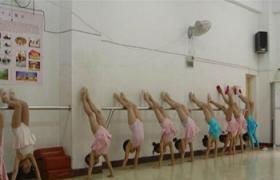 舞蹈倒立的训练方法--圣音艺校
