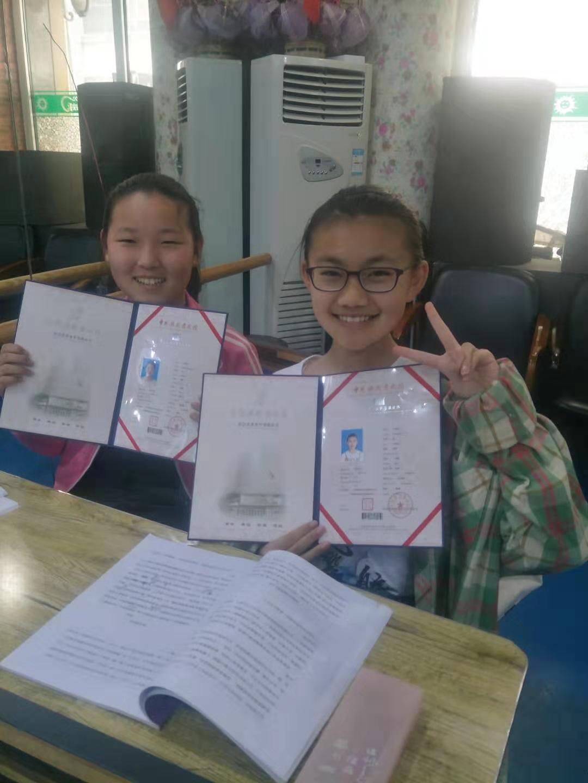 学员们拿到考级证书灿烂而自信的笑容