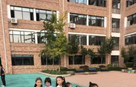 韩雨锡同学在学校开学典礼上台讲话